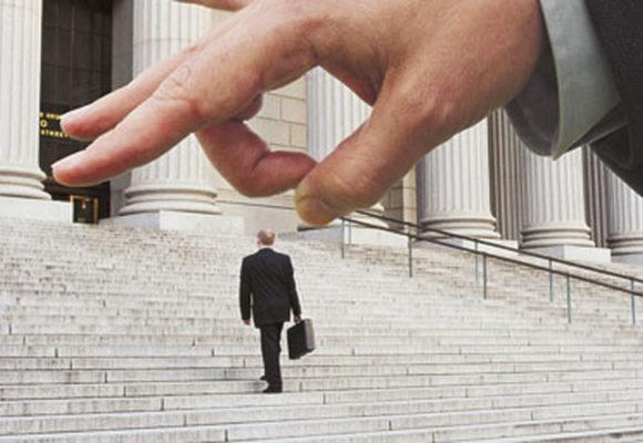 З речами – на вихід: Прикарпаттям котиться хвиля масових скорочень держслужбовців