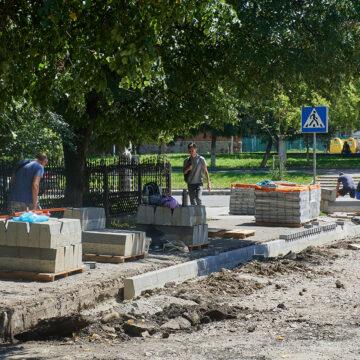 """Робота """"кипить"""": в Івано-Франківську ремонтують одночасно 40 дворів"""