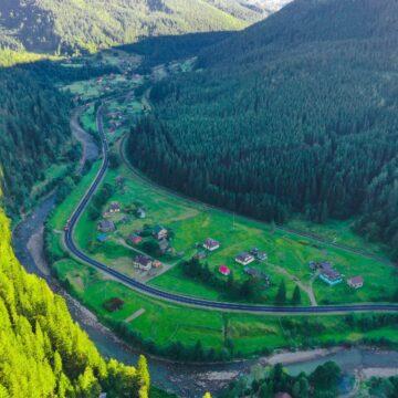 Чорним серпантином в'ється поміж гір: У мережі показали фото відремонтованої дороги у Карпатах (ФОТО)