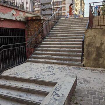 На Пасічній оперативно відремонтували сходи на переході (ФОТО)