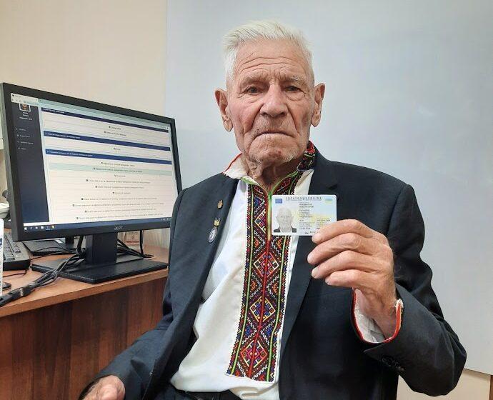 95-річний дідусь з Верховини оформив ID-картку