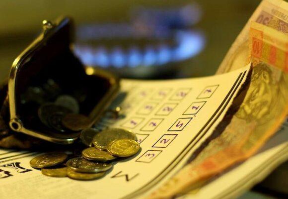 В українців, які мають борги за компослуги, на їх погашення планують знімати 25% зарплати і 20% пенсії