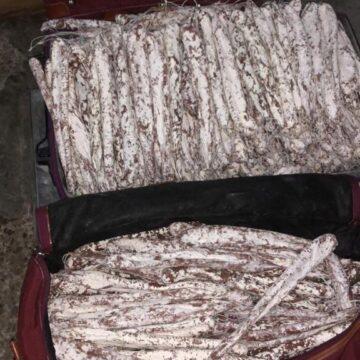 Заплатили ковбасою: на польському кордоні у прикарпатця вилучили 250 кіло в'яленої «валюти»
