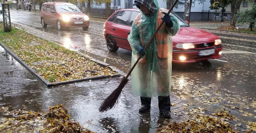 «Санітари міста»: Комунальні служби очищають Івано-Франківськ від опалого листя (ФОТО)