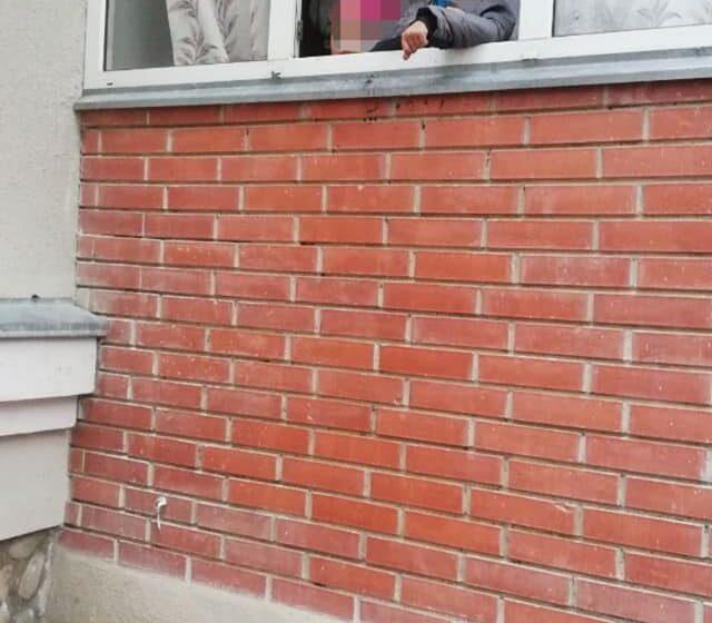 Плакали та просили їжі: патрульні та рятувальники допомогли дітям, які тривалий час були одні у квартирі