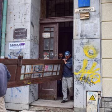 Ще одні франківські двері поїхали на реставрацію