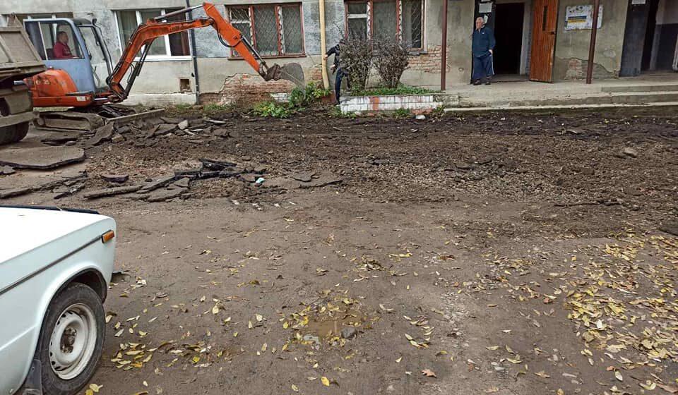 В Івано-Франківську розпочали ремонт двору на вулиці Дорошенка