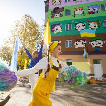 Як у Барселоні: на стіні садочку у Івано-Франківську з'явився яскравий мурал