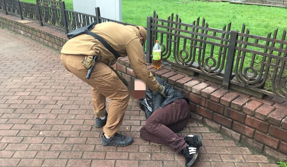 На Привокзальній площі у Івано-Франківську муніципали знайшли чоловіка без свідомості