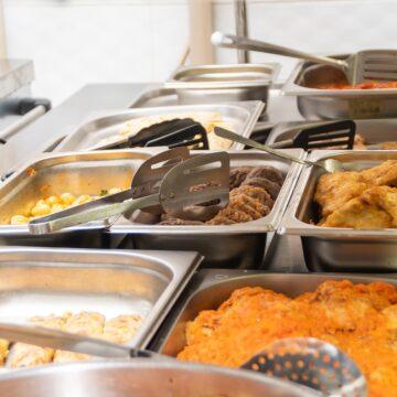 «Освітня» середа: Руслан Марцінків провірив, як варять їсти у ліцеї №21  (ФОТО)
