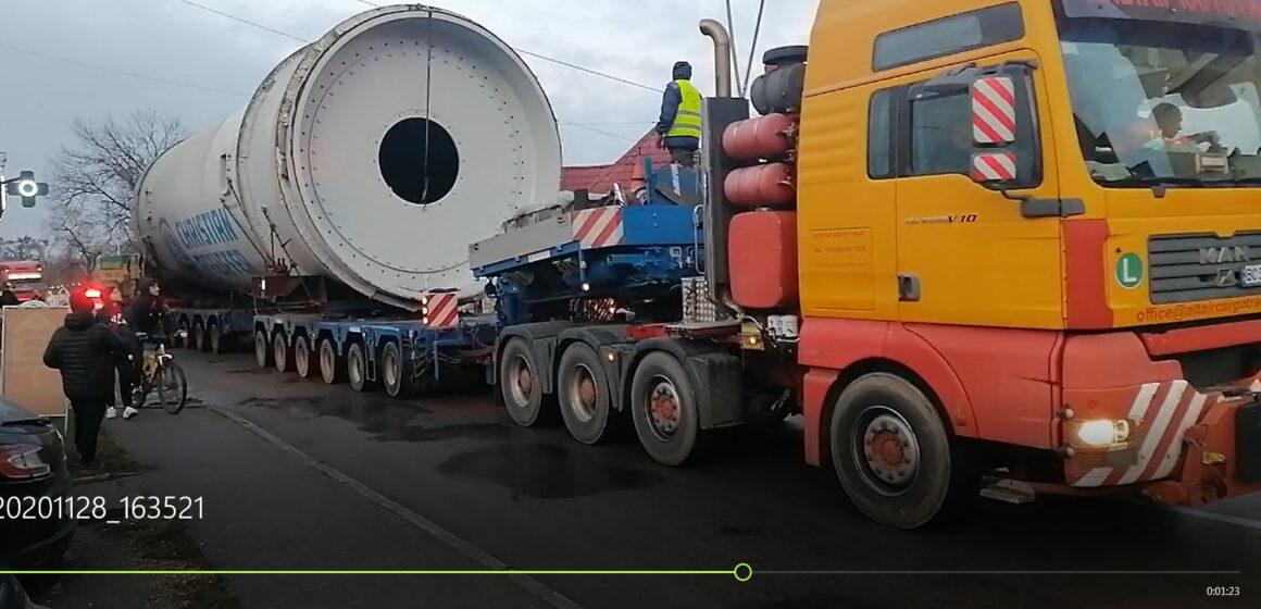 На Прикарпаття знову привезли щось важке. Зараз вантаж проїхав через Бурштин. ВІДЕО