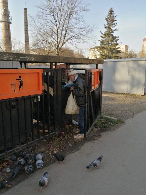 В Івано-Франківську любителі відходів зносять сміття під двері власної квартири