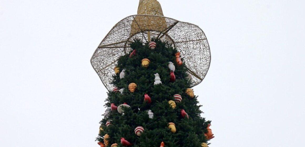 Стало відомо коли відьмацького капелюха знімуть із центральної ялинки у Києві