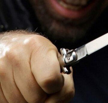 У Калуші психічно хворий чоловік поранив ножем продавщицю