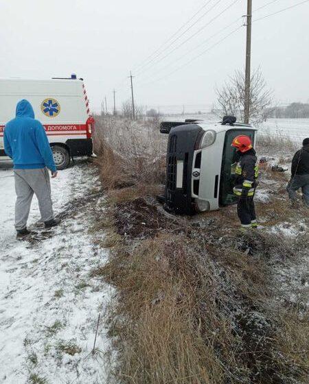 Наслідки ожеледиці: На Тлумаччині автомобіль перекинувся у кювет (ФОТО)