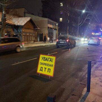 Перебігав дорогу: у Івано-Франківську авто збило чоловіка (ФОТО)