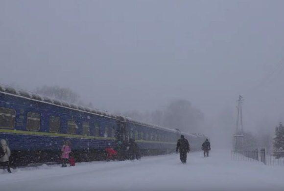 У поїзді Ворохта-Київ речі пасажирів примерзли до вікон, а ліжко було мокре (ФОТО)