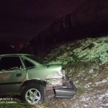 На Долинщині авто потрапило під тепловоз на залізничному переїзді