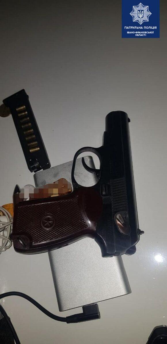 З пістолетом  та «травичкою»: франківські патрульні затримали підозрілого юнака