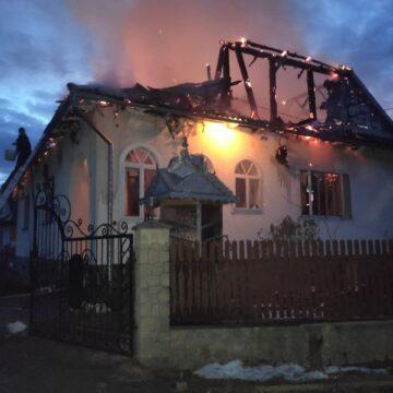 Масштабна пожежа у Делятинській ТГ: горіли три будівлі (ФОТО)