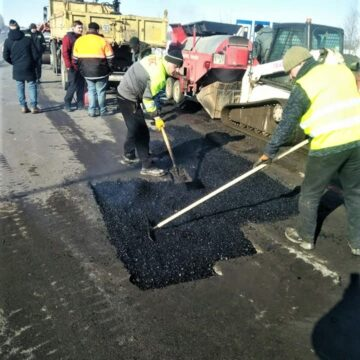 Дорожні служби почали ремонтувати дороги на Прикарпатті