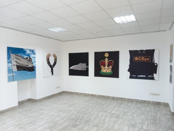 Білоруський митець представив в Івано-Франківську протестні плакати