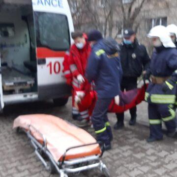 Франківські рятувальники вивільнили з власної квартири хвору пенсіонерку