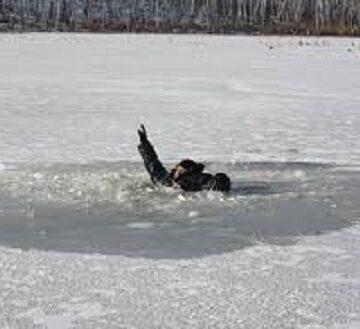 У Рогатині на міському озері чоловік провалився під лід