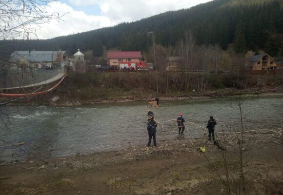 На Верховинщині у річці Черемош застряг гусеничний трактор (ФОТО)