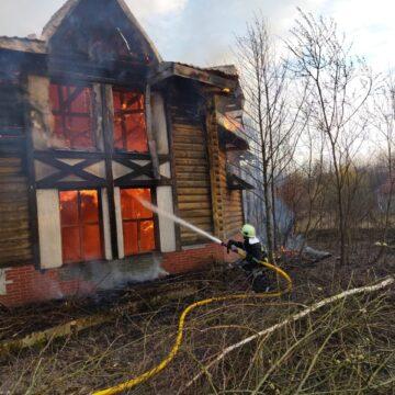 На Тисмениччині згорів двоповерховий дерев'яний будинок