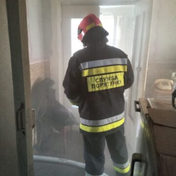 У Тлумачі під час пожежі рятувальники вивели з під'їзду трьох дітей