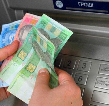 У Мінсоцполітики пояснили, чому усіх пенсіонерів переведуть на банківські картки